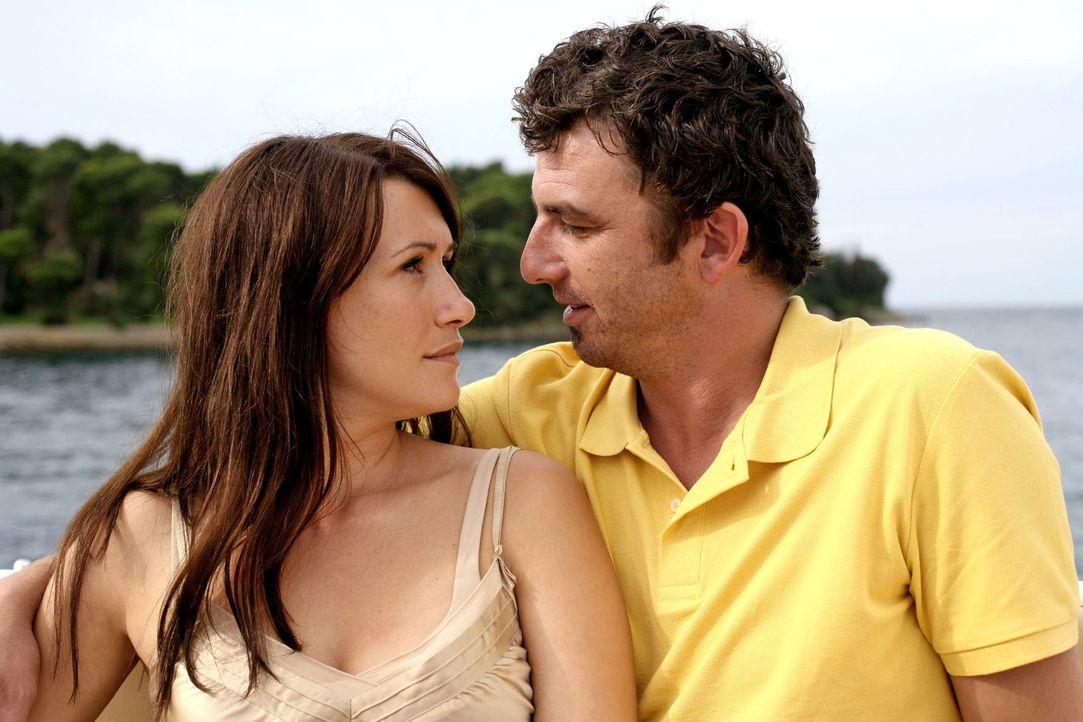 Marion (Claudia Mehnert, l.) und ihr geschiedener Mann Felix (Hans Sigl, r.) wollen es noch einmal miteinander versuchen und genießen ein paar Tage... - Bildquelle: Petro Domenigg Sat.1