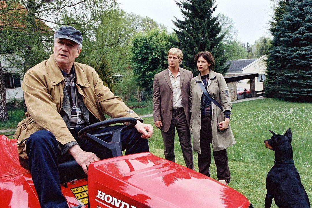Helmut (Hans-Jörg Assmann, l.) gibt sich gegenüber Leo (Henning Baum, M.) und Nina (Elena Uhlig, r.) kurz angebunden. - Bildquelle: Christian A. Rieger Sat.1
