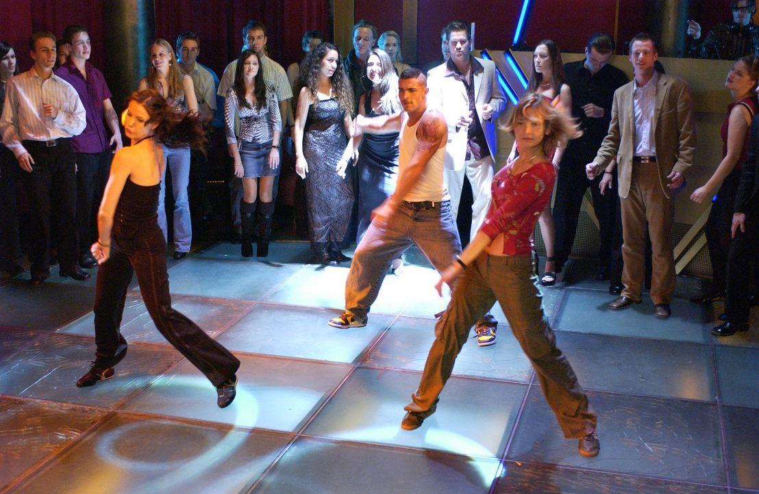 Im Tanzfieber: Isabell (Karoline Kunz, vorne l.) und Chris (Alexandra Finder, vorne r.) ... - Bildquelle: Rainer Bajo ProSieben