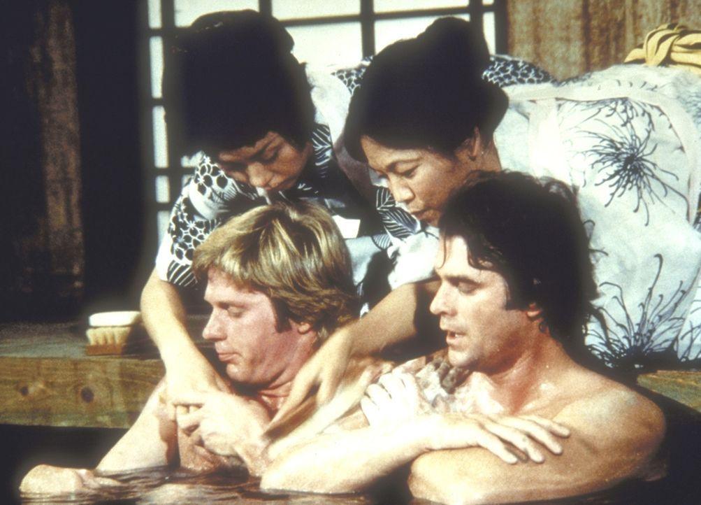 Almanzo (Dean Butler, l.) und John Carter (Stan Ivar, r.) lassen sich in einem japanischen Bad verwöhnen ... - Bildquelle: Worldvision