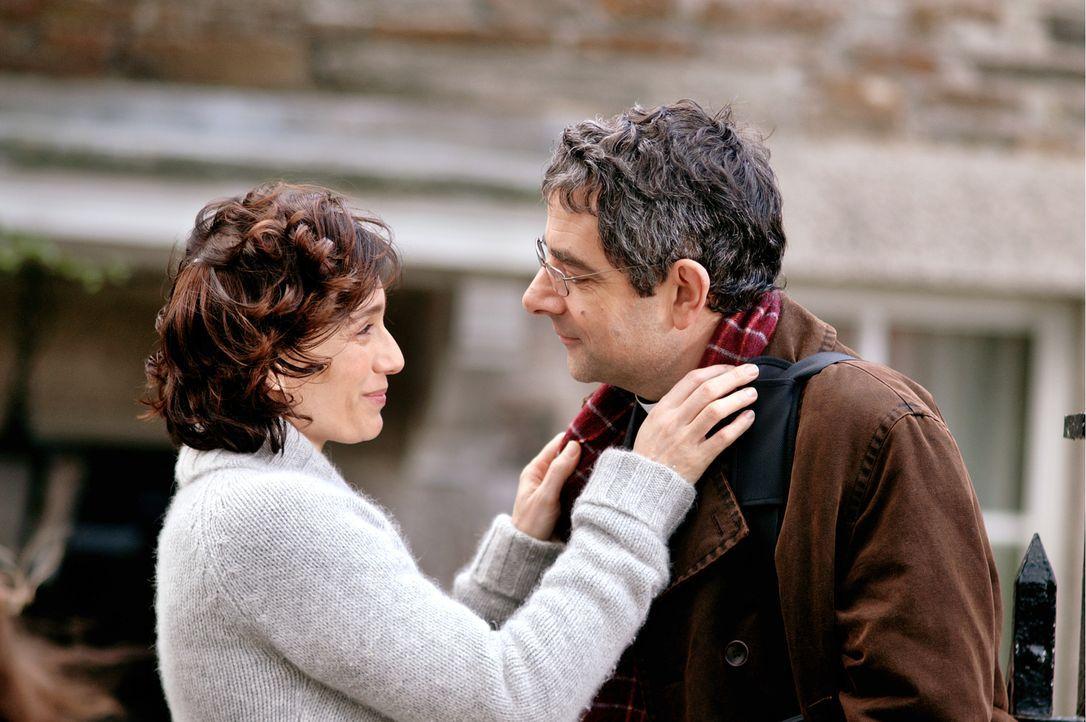 Gloria Goodfellow (Kristin Scott Thomas, l.) wünscht ihrem Mann Walter (Rowan Atkinson, r.) viel Glück für seine bevorstehende Rede vor dem Konvent... - Bildquelle: Constantin Film