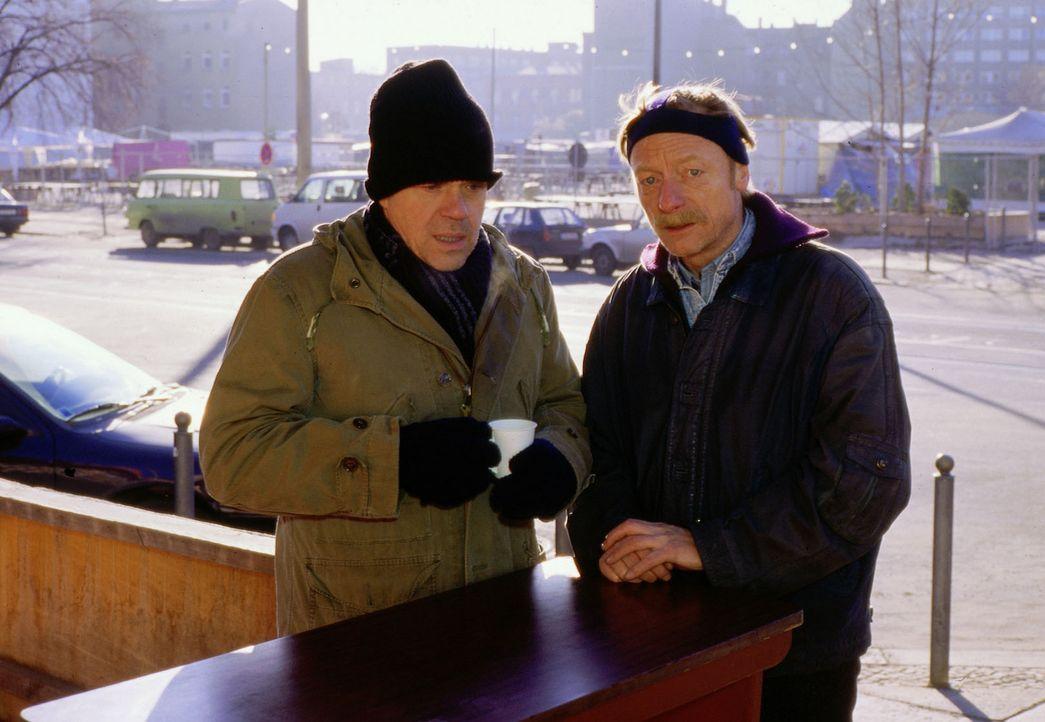 Um den Mord an einem Obdachlosen aufzuklären, recherchiert Kommissar Wolff (Jürgen Heinrich, l.) inkognito. Der obdachlose Ex-Polizist Hannes (Ott... - Bildquelle: Alfred Raschke Sat.1