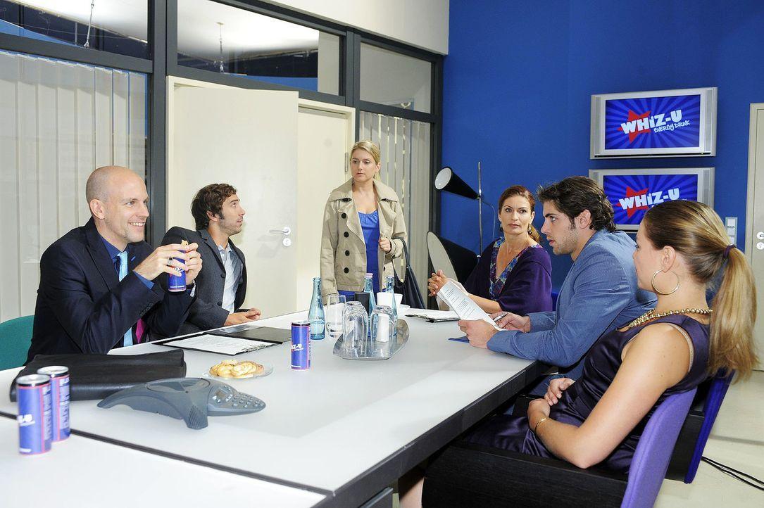 Als Gerrit ganz dreist ihre Idee dem Kunden vorstellt, sprengt Anna die Vertragsverhandlungen ... v.l.n.r.: Gerrit (Lars Löllmann), Gabriel Hollände... - Bildquelle: Oliver Ziebe Sat.1