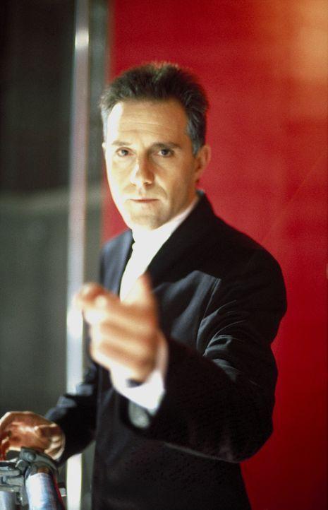 """Über Gut und Böse entscheidet nur einer: Moderator Harald Löwe (Stefan Kurt) stellt in seiner erfolgreichen Talkshow """"Die Stunde des Löwen"""" auch die... - Bildquelle: Ines Gellrich ProSieben"""