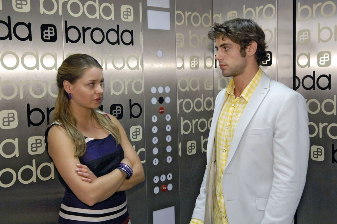 Jonas (Roy Peter Link, r.) teilt Katja (Karolina Lodyga, l.) eine wichtige Entscheidung mit ... - Bildquelle: Claudius Pflug Sat.1