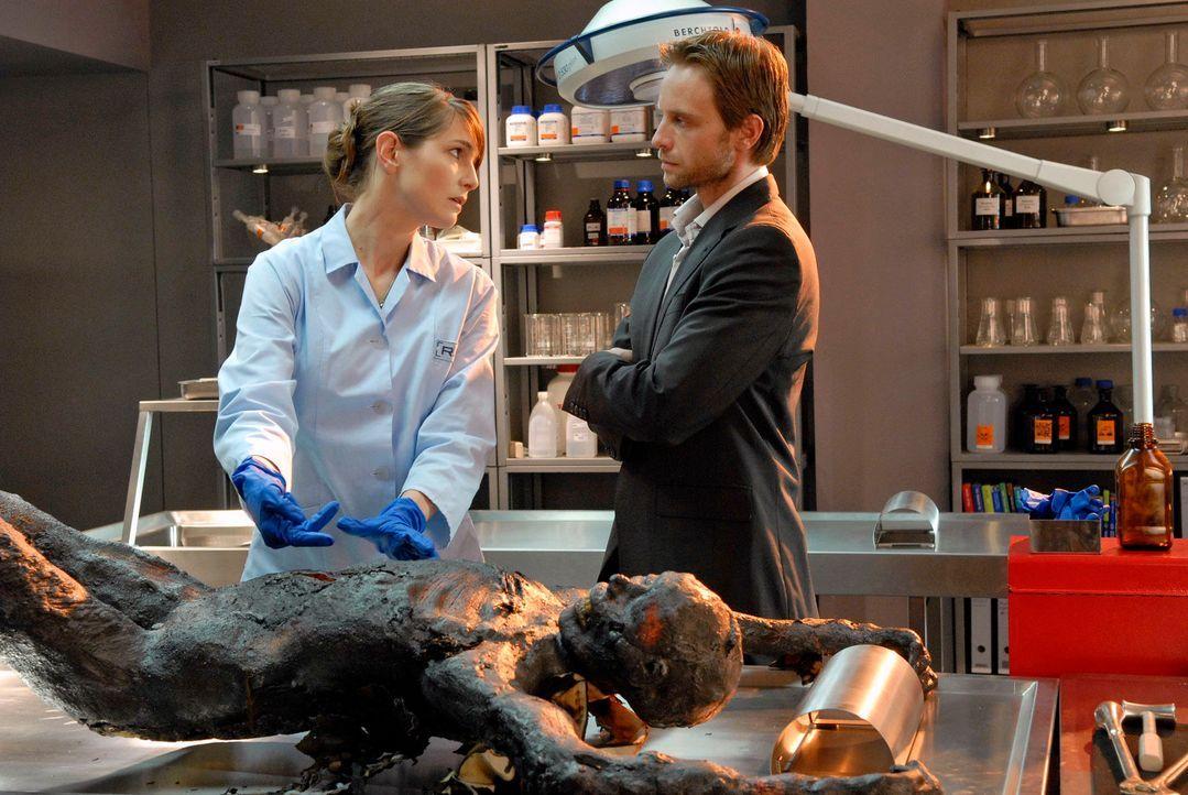 Bei der Obduktion wird klar, dass das Opfer erstochen und anschließend in Brand gesetzt wurde. (v.l.n.r.) Dr. Stefanie Peters (Nicole Marischka), Ph... - Bildquelle: Christoph Assmann Sat.1