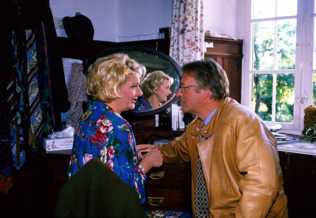 Nach dem Mord an Bauer Hobelsberger hofft Bauunternehmer Ramboldt (Gerd Anthoff, r.), seine Geschäfte nun mit der Witwe Cora (Saskia Vester, l.) mac... - Bildquelle: Magdalena Mate Sat.1
