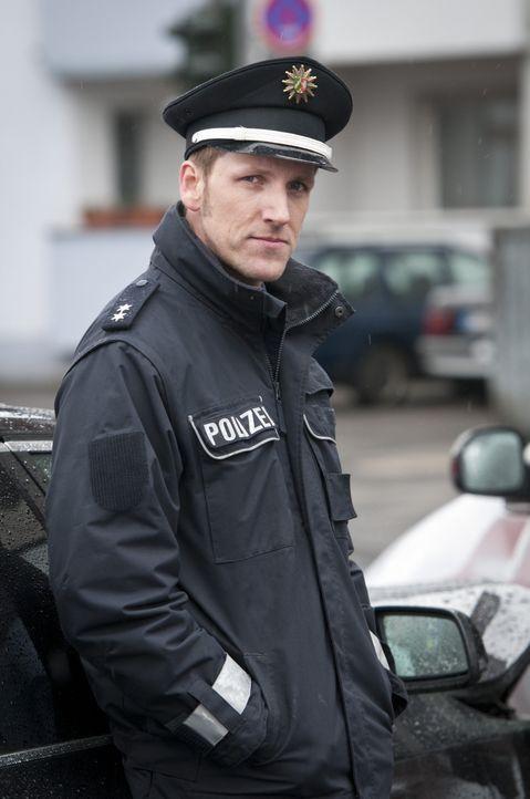 Als die Polizei (Jan Hahn) zu einem Verkehrsunfall gerufen wird, ahnt sie nicht, dass der Unfallverursacher eine Leiche im Kofferraum hat ... - Bildquelle: Martin Rottenkolber SAT.1 / Martin Rottenkolber