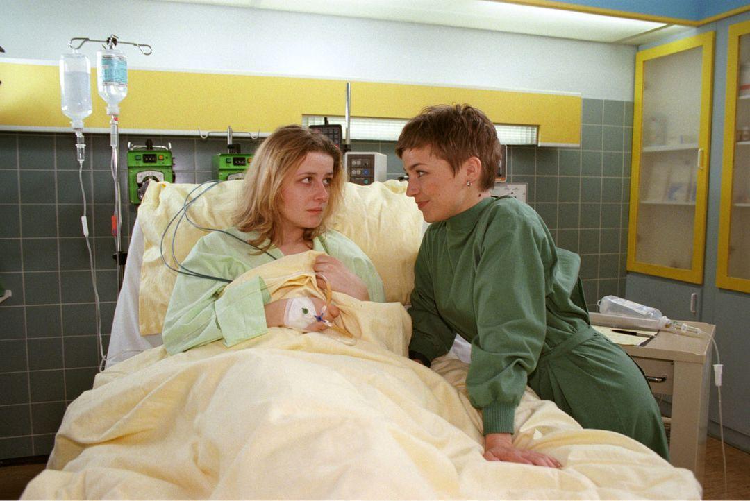 Als Jannis Bremer von einer Geschäftsreise kommt, findet er seine Frau Michaela (Christina Rainer, l.) zusammengekrümmt auf dem Boden. Im Luisenkran... - Bildquelle: Noreen Flynn Sat.1