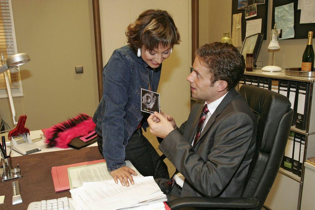 Yvonne (Bärbel Schleker, l.) überrascht Max (Alexander Sternberg, r.) mit einem Ultraschallbild ihres gemeinsamen Kindes. - Bildquelle: Noreen Flynn Sat.1