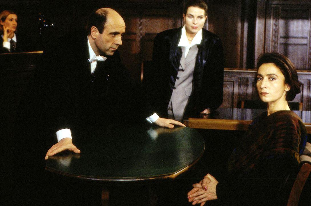 Staatsanwalt Fried (Gerd Wameling, l.) nimmt Rhea Pohl (Renan Demirkan, r.) im Beisein ihrer Verteidigerin Katharina Kleiss (Gudrun Landgrebe, M.) i... - Bildquelle: Alfred Raschke Sat.1
