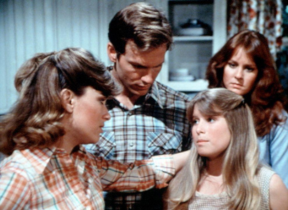 Mary Ellen (Judy Northon-Taylor, l.) hat die kleine Sissie (Debbie Lytton, vorne r.) ins Haus gebracht. Zusammen mit John Boy (Robert Wightman, M.)... - Bildquelle: WARNER BROS. INTERNATIONAL TELEVISION