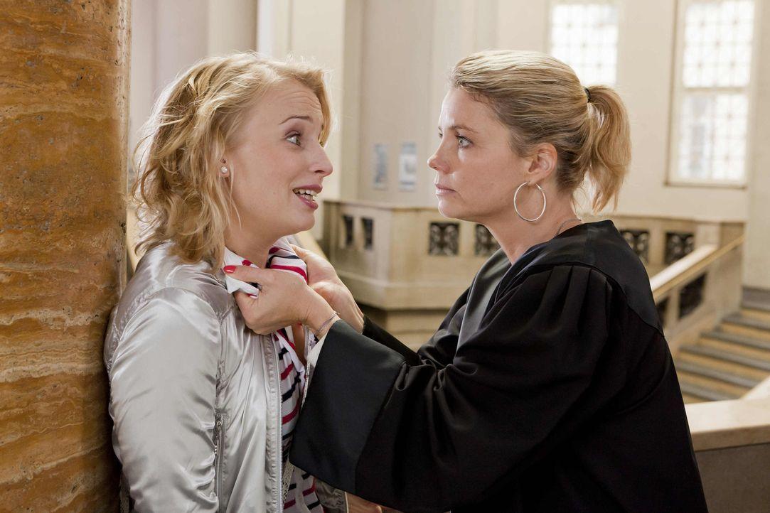 Denise (Anja Boche, l.) wurde als Zeugin geladen, doch leider sagt sie anders aus, als Danni (Annette Frier, r.) sich das gewünscht hat. kann sie de... - Bildquelle: Frank Dicks SAT.1