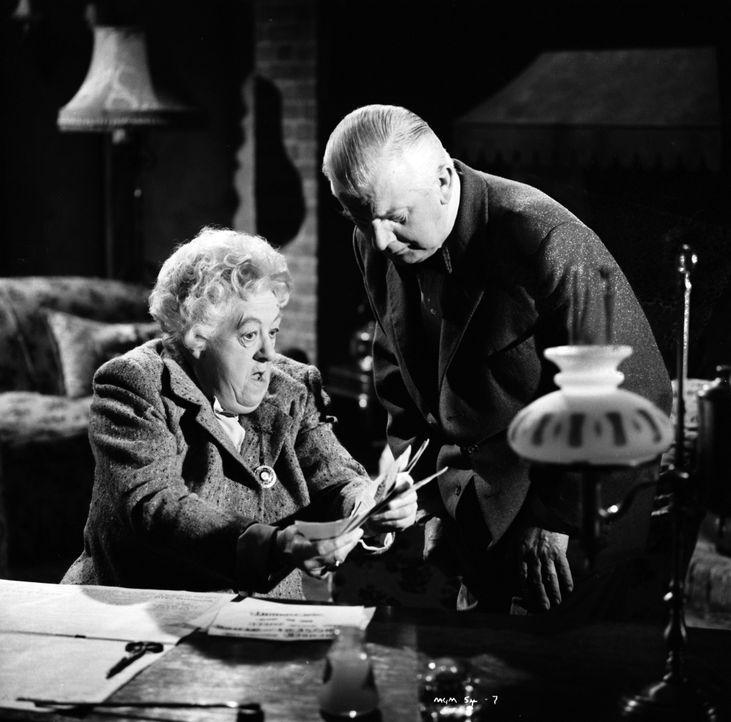 Zusammen versuchen sie einen Mörder zu fassen: Mister Stringer (Stringer Davis, r.) und Miss Marple (Margaret Rutherford, l.) ... - Bildquelle: Warner Brothers