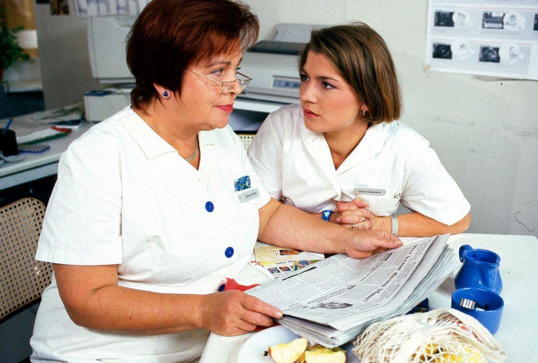 Schwester Klara (Walfriede Schmidt, l.) und Schwester Stephanie (Claudia Schmutzler, r.) werden durch einen Zeitungsartikel auf einen Patienten aufm... - Bildquelle: Noreen Flynn Sat.1