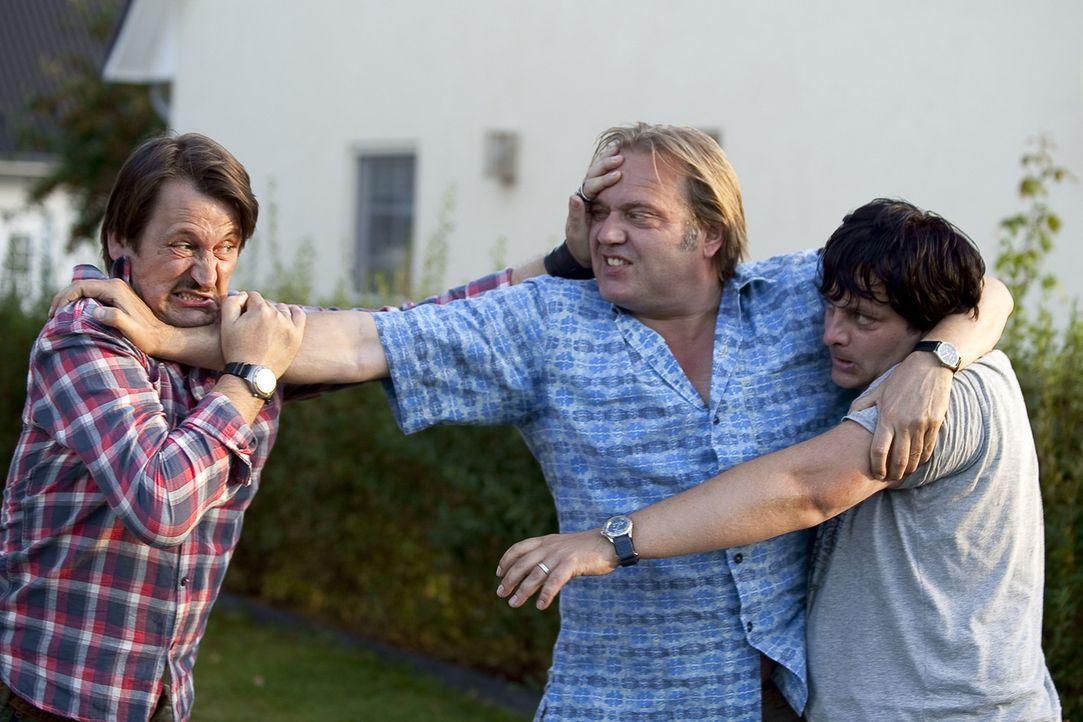 Geld alleine macht auch nicht glücklich: (v.l.n.r.) Helmut (Ingo Naujoks), Georg (Jan-Gregor Kremp) und Frank (Rüdiger Klink) ... - Bildquelle: Oliver Vaccaro SAT.1