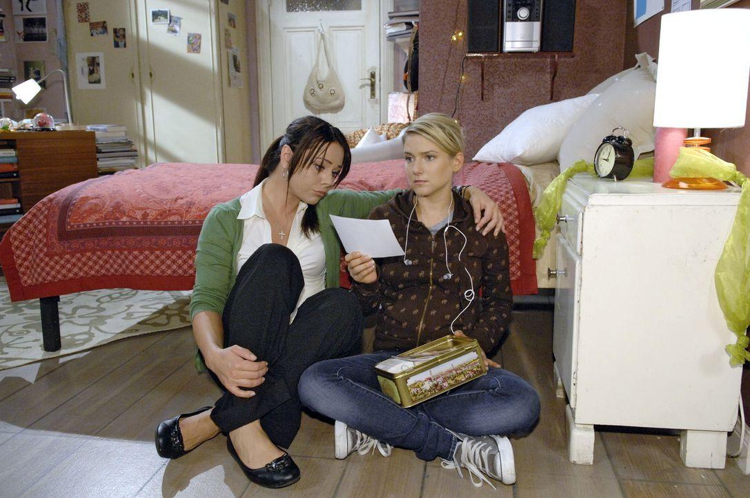 """Paloma (Maja Maneiro, l.) redet Anna (Jeanette Biedermann, r.) ins Gewissen, ihrer Mutter den """"Segen"""" zu geben. - Bildquelle: Claudius Pflug Sat.1"""
