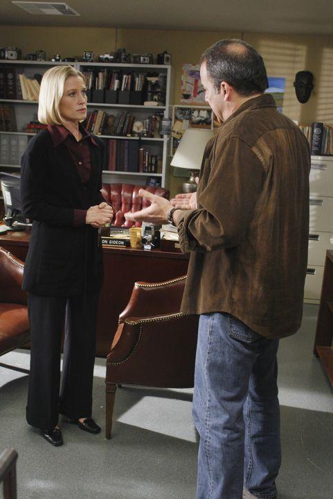 Dr. Sarah Harris (Jessica Tuck, l.) ist besorgt um ihren Sohn Nathan. Völlig entnervt erzählt sie Gideon (Mandy Patinkin, r.) von ihren Befürchtunge... - Bildquelle: Ron Tom 2006 Touchstone Television. All rights reserved. NO ARCHIVE. NO RESALE.
