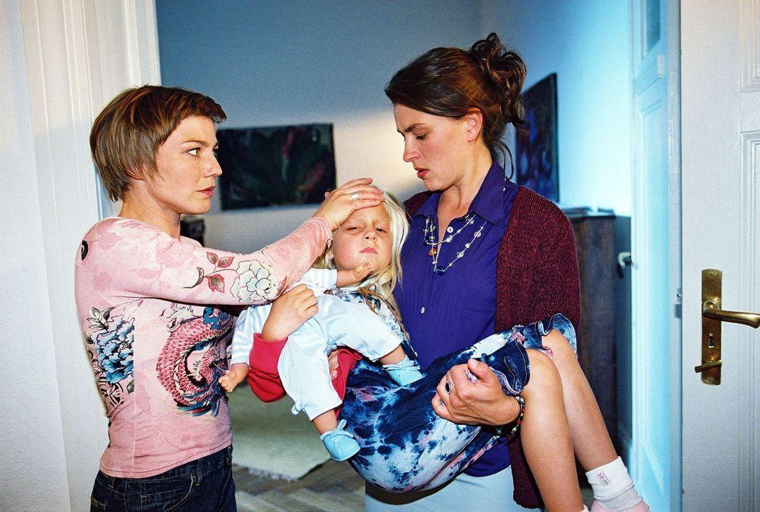 Überraschend taucht Martina Zimmermann (Jule Gartzke, r.) mit ihrer kranken Tochter Theresa (Soraya A. Richter, M.) bei Stephanie (Claudia Schmutzle... - Bildquelle: Monika Schürle Sat.1