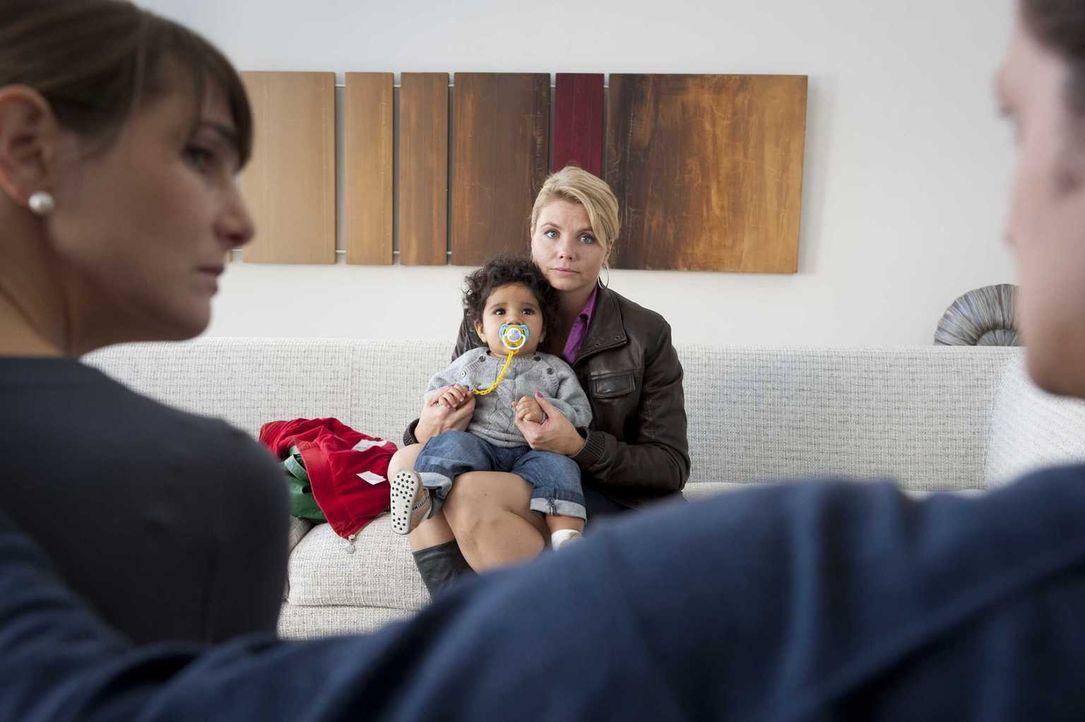 Dannis (Annette Frier, 2.v.r.) einzige Chance ist die Suche nach dem Vater von Momo (Angi Peters, 2.v.l.), den sie meint, in dem Zahnarzt Paul Stein... - Bildquelle: Martin Rottenkolber SAT.1