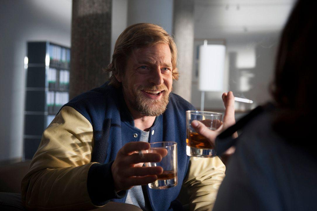 In seiner Vergangenheitsbewältigung muss Mick (Henning Baum) feststellen, dass es nicht so einfach ist, den Mann, der hinter dem Mordauftrag an ihm... - Bildquelle: Martin Rottenkolber SAT.1