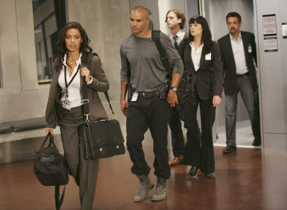 Ein Straßenkrieger treibt sein Unwesen. Jordan (Meta Golding, l.), Morgan (Shemar Moore, 2.v.l.), Reid (Matthew Gray Gubler, M.), Prentiss (Paget Br... - Bildquelle: Adam Taylor 2008 ABC Studios. All rights reserved. NO ARCHIVE. NO RESALE. / Adam Taylor