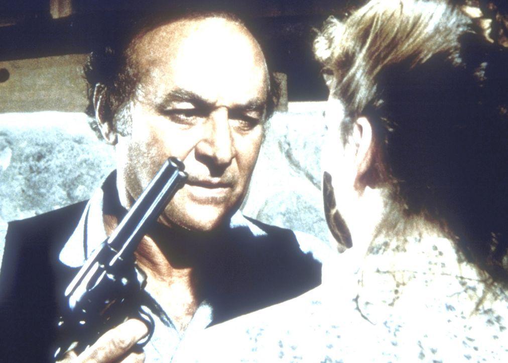 Thomas Stark (Robert Loggia, l.) bedroht, nachdem er auf seine Frau und Kinder geschossen hat, nun auch Laura (Melissa Gilbert, r.). - Bildquelle: Worldvision
