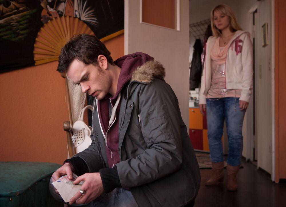 Als Saskia (Sonja Gerhardt, r.) Tobi (Florian Bartholomäi, l.) in ihrer Wohnung vorfindet, wie er nach Geld sucht, schmeißt sie den Ex-Junkie aus de... - Bildquelle: Conny Klein SAT.1