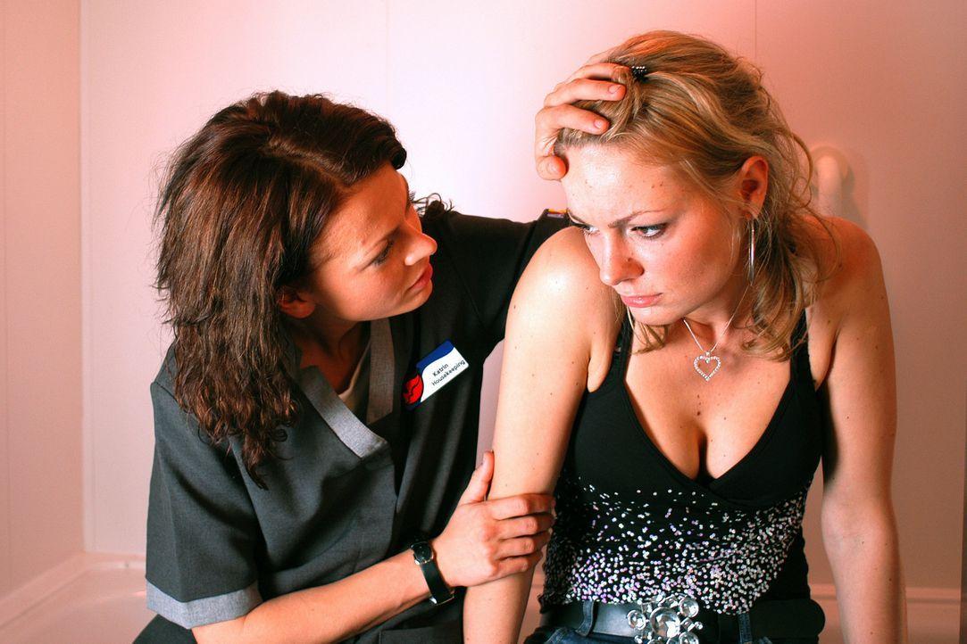 Immer wieder fällt Katrins (Isabell Gerschke, l.) beste Freundin Babsi (Martina Hill, r.) auf verheiratete Männer rein. Da verliebt sie sich in den... - Bildquelle: Gordon Mühle ProSieben