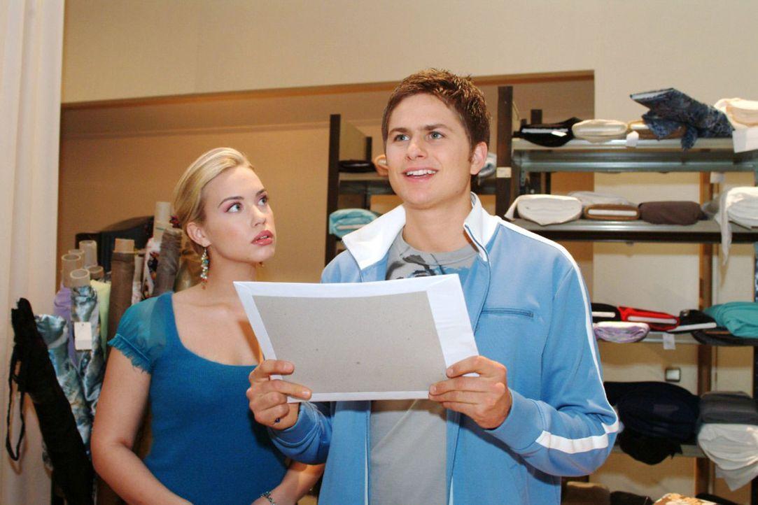 Kim (Lara-Isabelle Rentinck, l.) staunt nicht schlecht: Timo (Matthias Dietrich, r.) hat vor, Karriere zu machen. - Bildquelle: Monika Schürle Sat.1