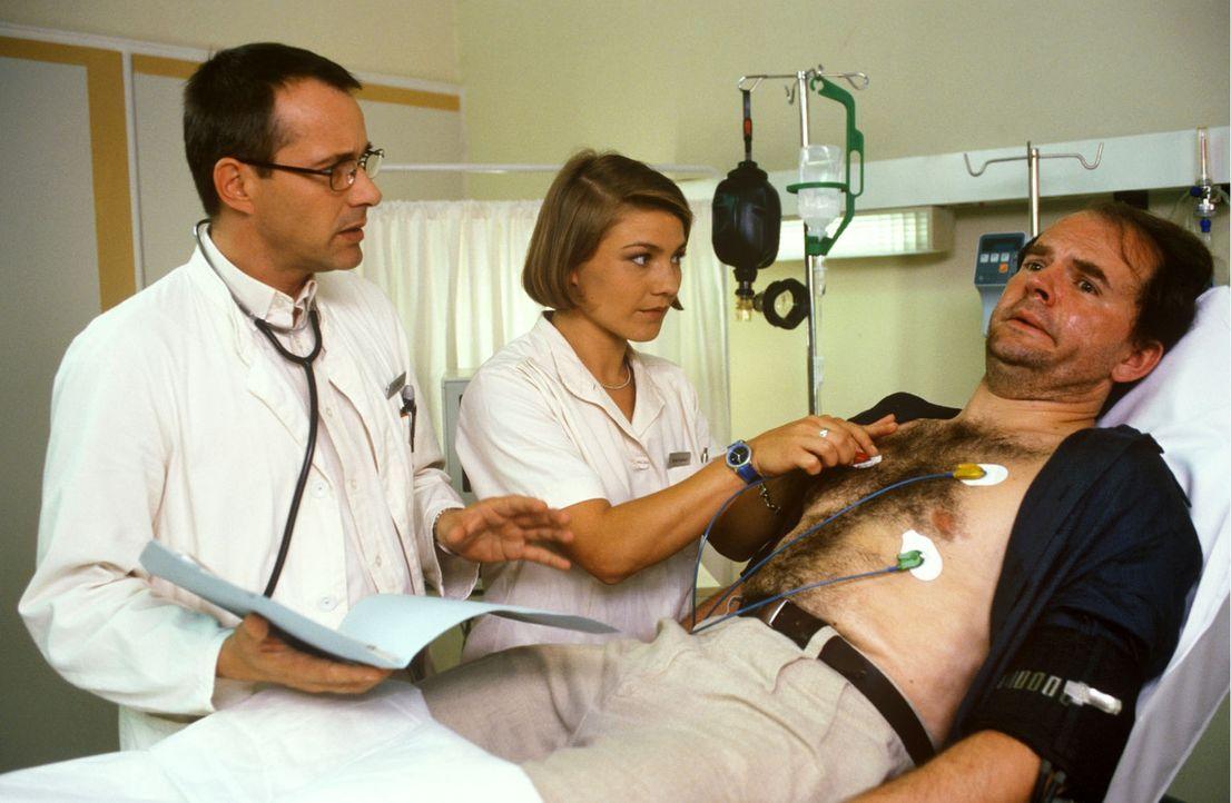 Dr. Stein (Christoph Schobesberger, l.) diagnostiziert bei dem Journalisten Julius Sturm (Veit Schubert, r.) eine schwere Lungenentzündung. Doch de... - Bildquelle: Noreen Flynn Sat.1