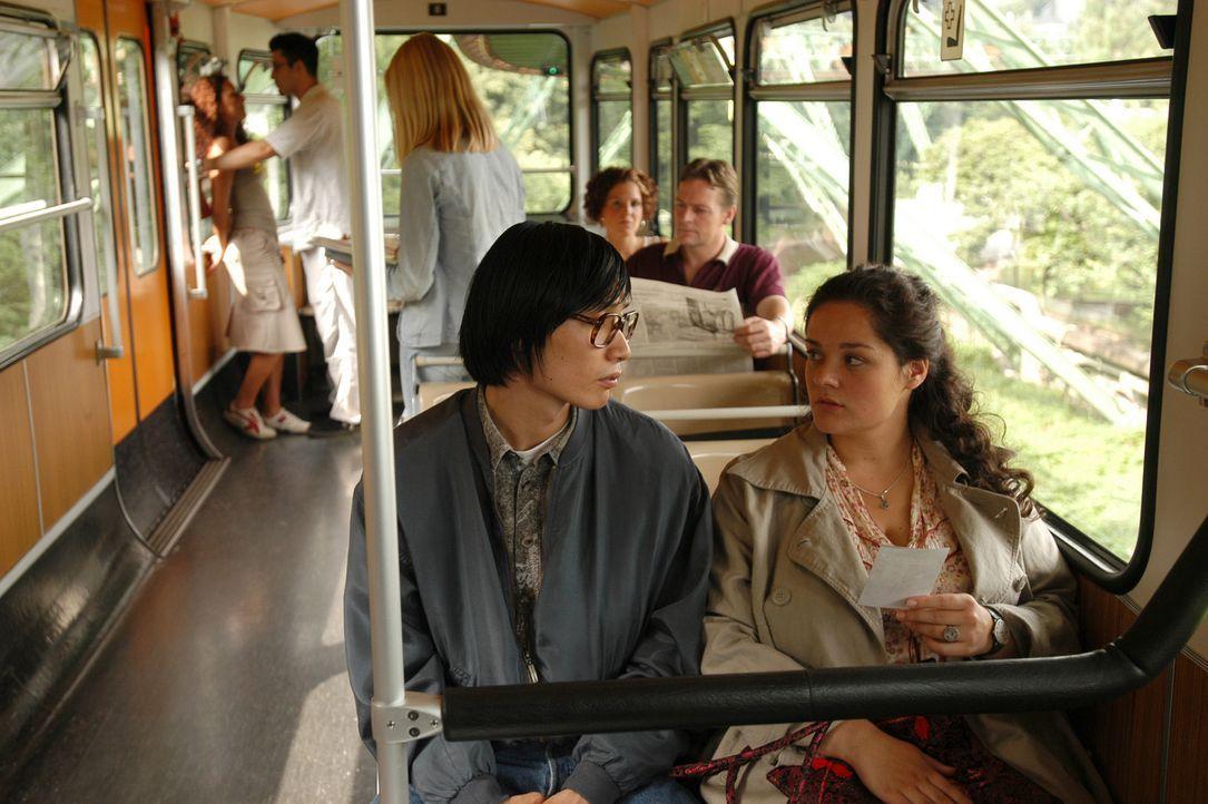Ihre gemeinsame Vorliebe für chinesische Karate-Filme bringt Alma (Katrin Filzen, r.) und Wong Lee (Benjamin Joon, l.) näher zusammen. Da gesteht de... - Bildquelle: Willi Weber ProSieben
