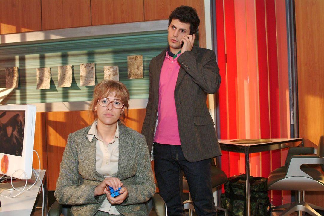 Lisa (Alexandra Neldel, l.) verfolgt ungeduldig das Telefonat, das Rokko (Manuel Cortez, r.) mit der Polizei führt. (Dieses Foto von Alexandra Nelde... - Bildquelle: Monika Schürle Sat.1
