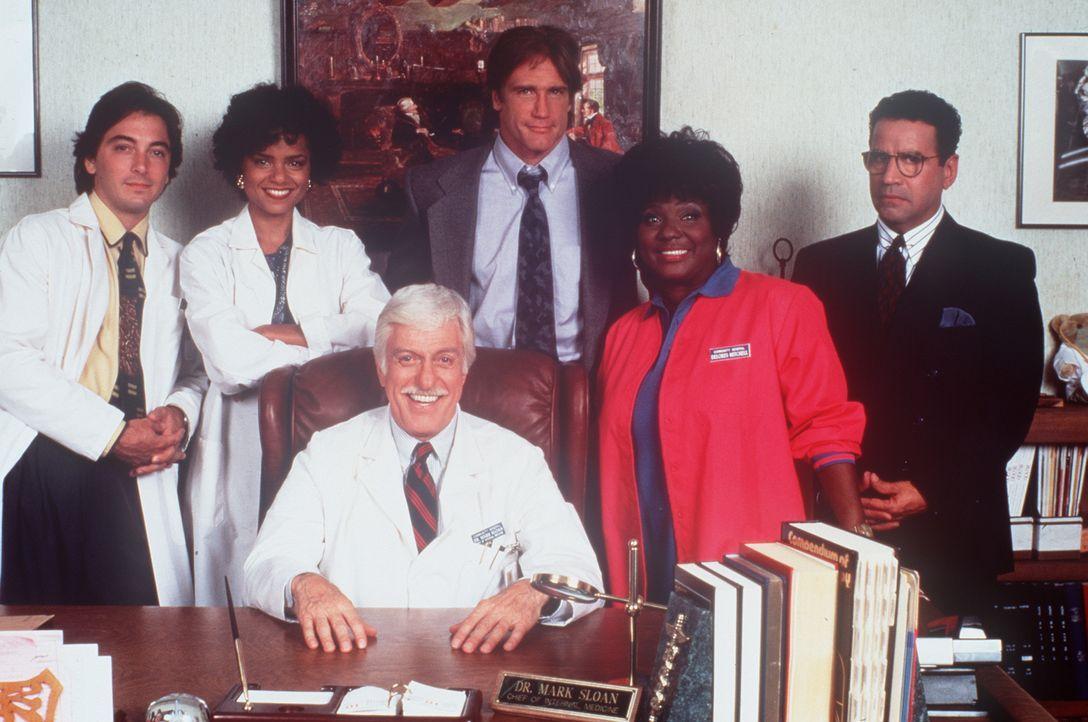 Dr. Sloan (Dick Van Dyke, sitzend) inmitten seines bewährten Teams. (v.l.n.r.) Jack (Scott Baio), Amanda (Victoria Rowell), sein Sohn Steve (Barry V... - Bildquelle: Viacom