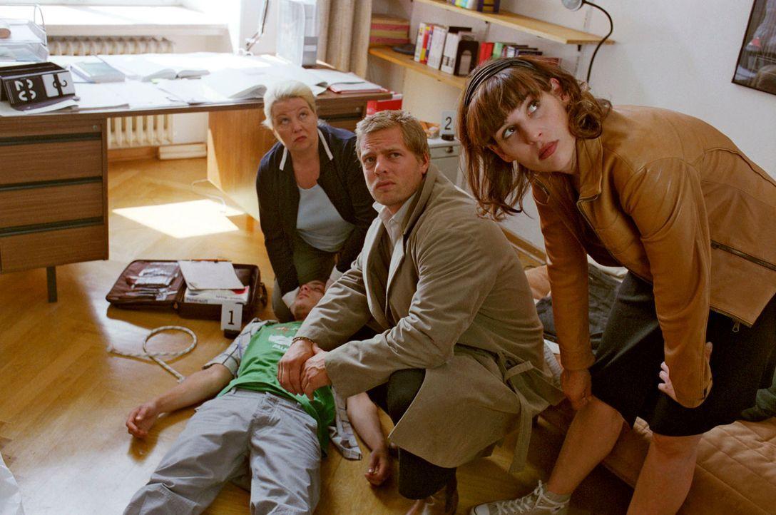 Nina (Elena Uhlig, r.) und Leo (Henning Baum, M.) untersuchen gemeinsam mit Dr. Reiter (Sarah Camp, l.) die Leiche des Elite-Schülers Jan-Henrik Büc... - Bildquelle: Christian A. Rieger Sat.1