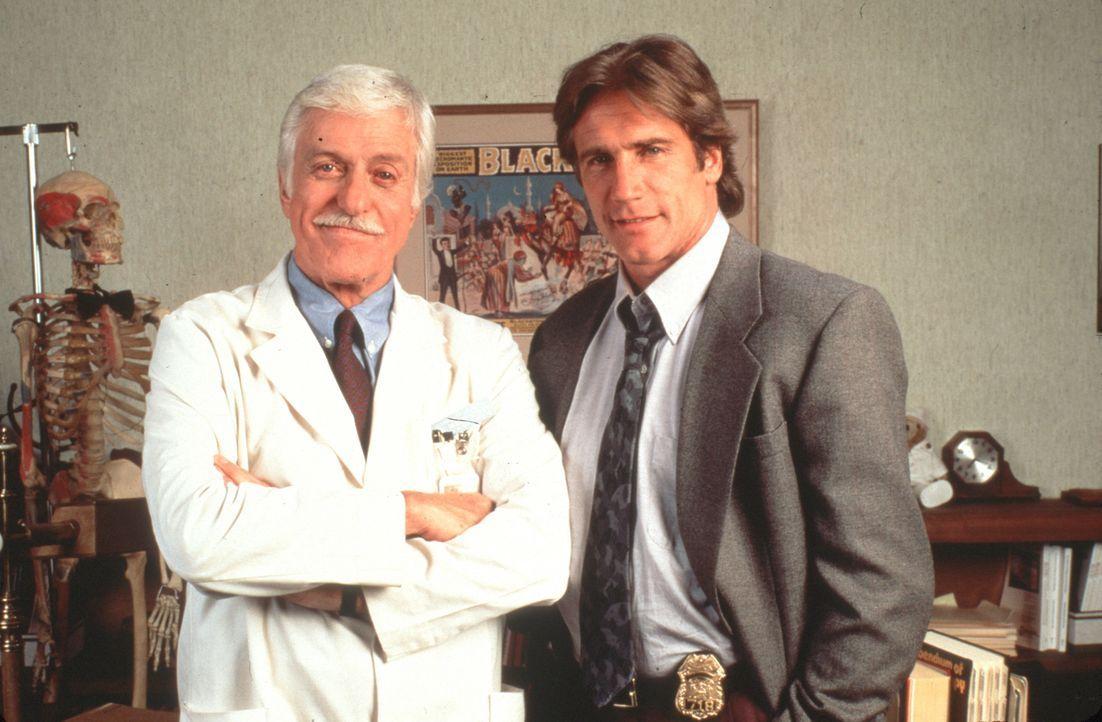 Dr. Mark Sloan (Dick Van Dyke, l.) ist Oberarzt einer Klinik und medizinischer Berater der örtlichen Polizei, bei deren Mordkommission sein Sohn Ste... - Bildquelle: Viacom