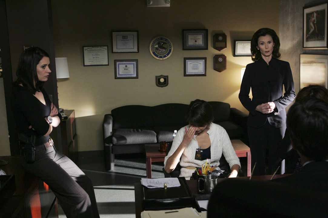 Prentiss' (Paget Brewster, l.) Mutter (Kate Jackson, 2.v.r.) kommt mit zwei russischen Einwanderinnen direkt ins Büro der BAU. Es sind Verwandte ein... - Bildquelle: Robert Voets 2007 ABC Television Studio. All rights reserved. NO ARCHIVE. NO RESALE. / Robert Voets