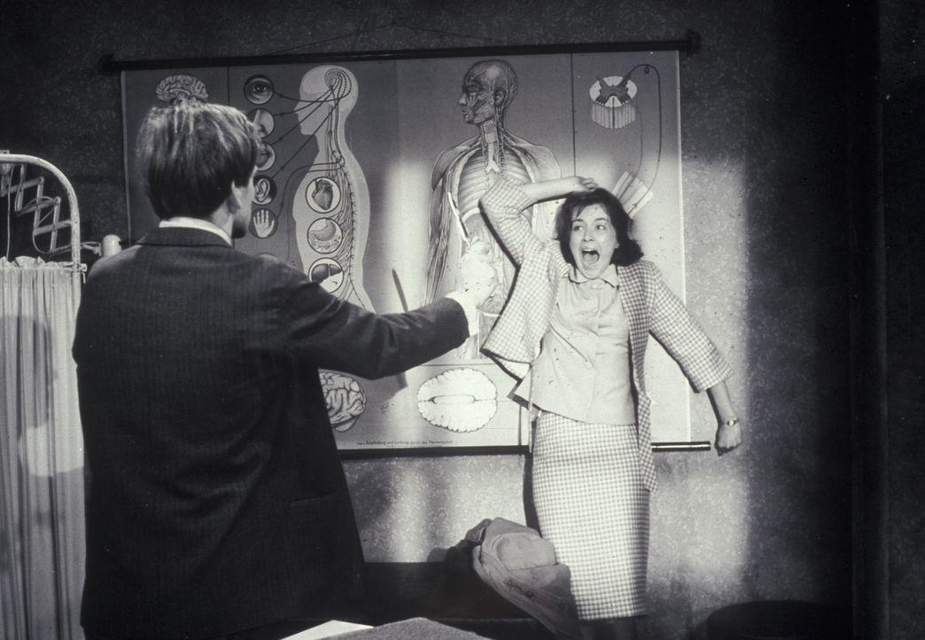 In Bedrängnis: Margaret Reddle (Brigitte Grothum, r.) wird von Mike Dorn (Joachim Fuchsberger, l.) bedroht. Wenn da mal nicht die seltsame Gräfin da... - Bildquelle: Constantin Film