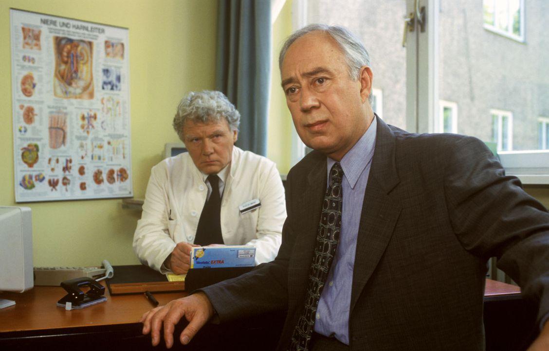"""Professor Günther (Klaus Mikoleit, r.) ist bestürzt, als er von """"Nieren-Meier"""" (Friedhelm Ptok, l.) seine Diagnose erfährt ... - Bildquelle: Noreen Flynn Sat.1"""