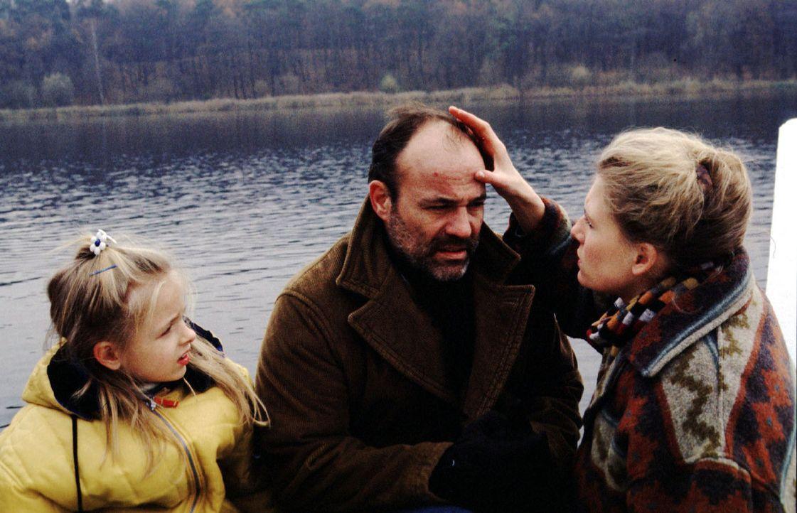 Greta (Ina Weisse, r.) und ihre Tochter Sasna (Franziska Bolik, l.) begutachten äußerst beunruhigt die seltsamen Pusteln, die sich im Gesicht Oskars... - Bildquelle: Kiermeir SAT.1