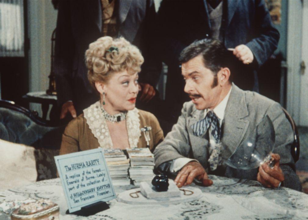 Clementine Hawkins (Beatrice Kay, l.) ahnt nicht, dass der Verkäufer (Darsteller unbekannt) des Smaragds ein Ganove ist. - Bildquelle: Paramount Pictures