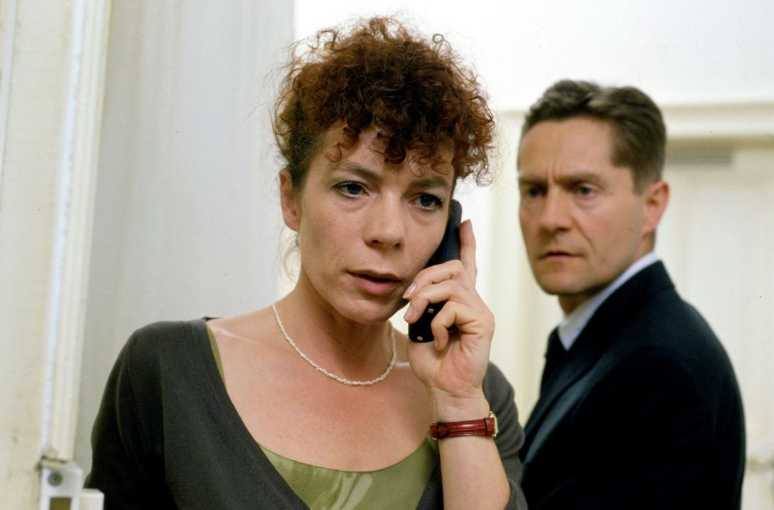 Natalies Eltern Elke (Nina Hoger, l.) und Peter (Udo Schenk, r.) machen sich Sorgen um ihre Tochter, die plötzlich verschwunden ist. - Bildquelle: Enderlein Sat.1