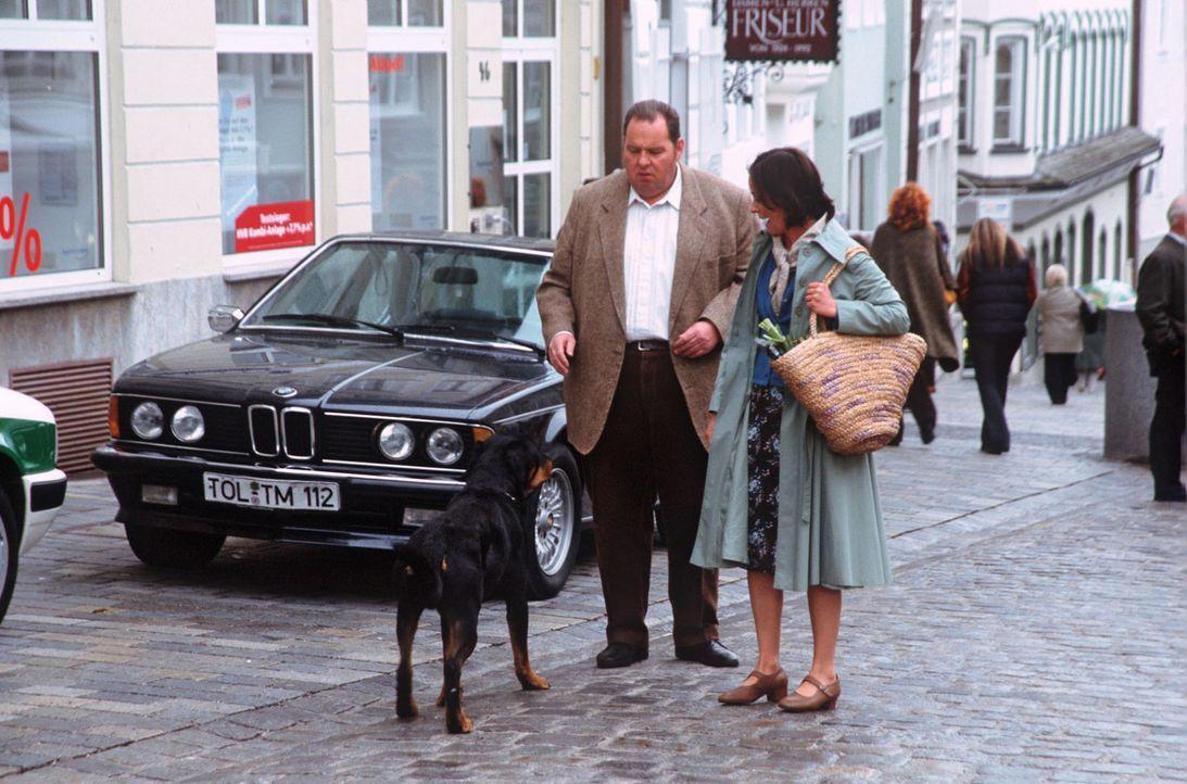 Maria Mittendorfer (Jule Ronstedt, r.) eilt Benno (Ottfried Fischer, l.) zu Hilfe, als er von einem Hund bedroht wird. - Bildquelle: Magdalena Mate Sat.1