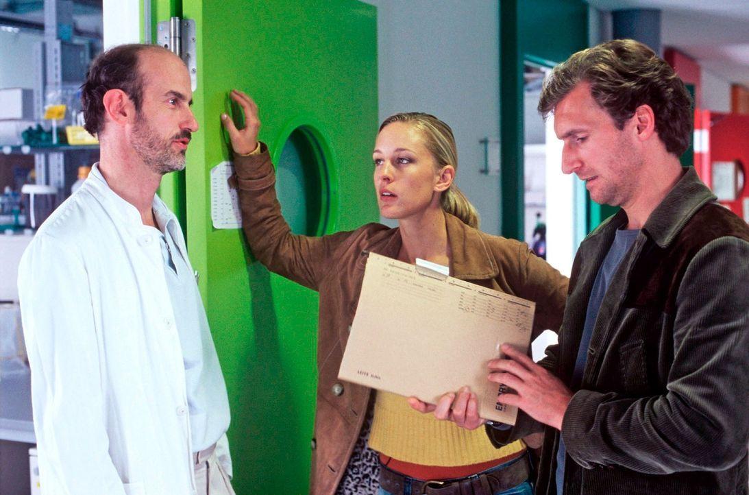 Dr. Sommer (Johannes Herrschmann, l.) war der Arzt und Freund des ermordeten Bürgermeisters. Er setzt sich stark für die umstrittene Stammzellenfors... - Bildquelle: Kerstin Stelter Sat.1
