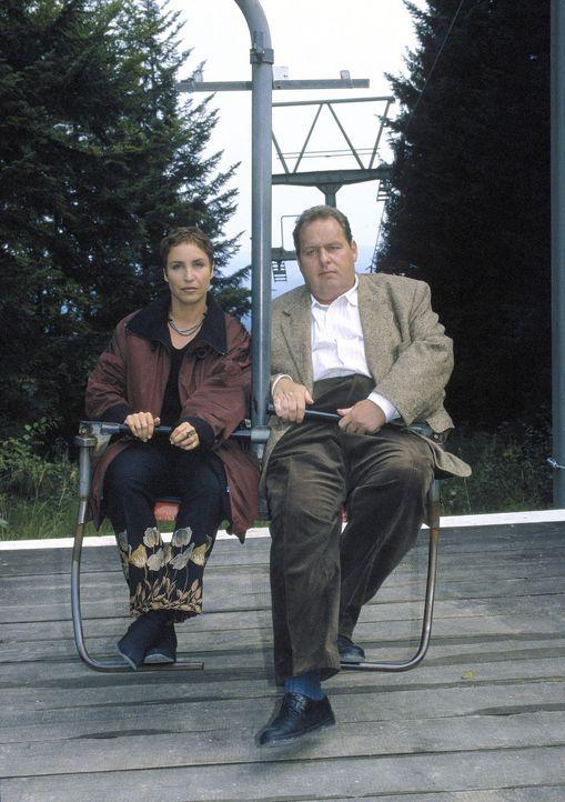 Benno (Ottfried Fischer, r.) und Sabrina (Katerina Jacob, l.) müssen hoch hinaus, um einen kniffligen Mordfall zu lösen. - Bildquelle: Magdalena Mate Sat.1