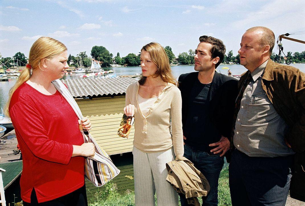 Marc (Alexander Pschill, 2.v.r.), Niki (Elke Winkens, 2.v.l.) und Kunz (Martin Weinek, r.) befragen die Schwester (Ulrike Beimpold, l.) des ertrunke... - Bildquelle: Ali Schafler Sat.1