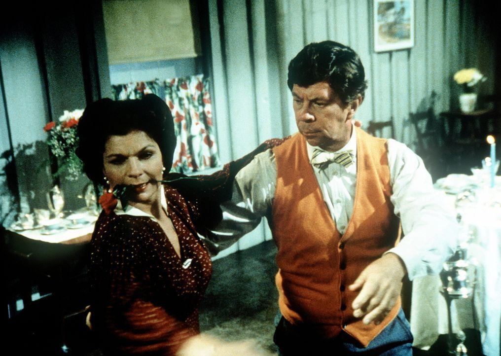 An ihrem fünften Hochzeitstag fordert Ike (Joe Conley, r.) überraschend seine Frau Corabeth (Ronnie Claire Edwards, l.) zum Tango auf. - Bildquelle: WARNER BROS. INTERNATIONAL TELEVISION
