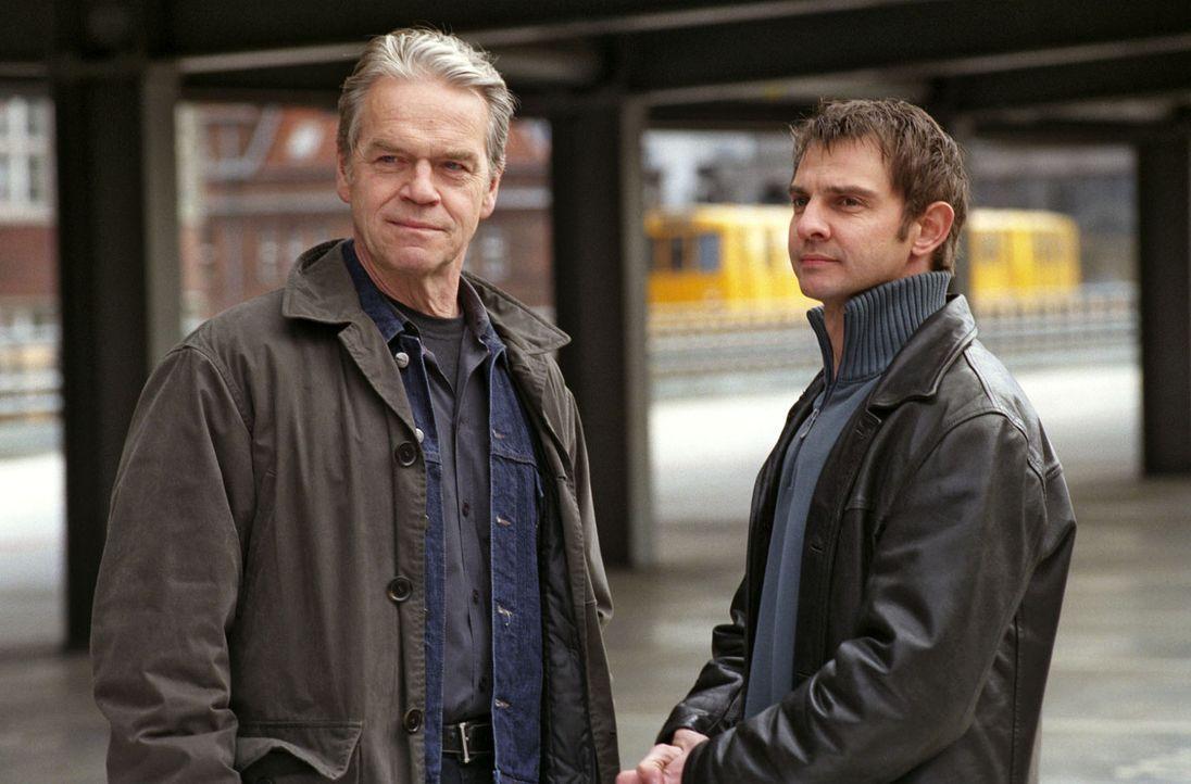 Kommissar Wolff (Jürgen Heinrich, l.) und Tom Borkmann (Steven Merting, r.) treffen auf dem Parkdeck ein, wo sich ein mysteriöser Unfall ereignet ha... - Bildquelle: Claudius Pflug Sat.1