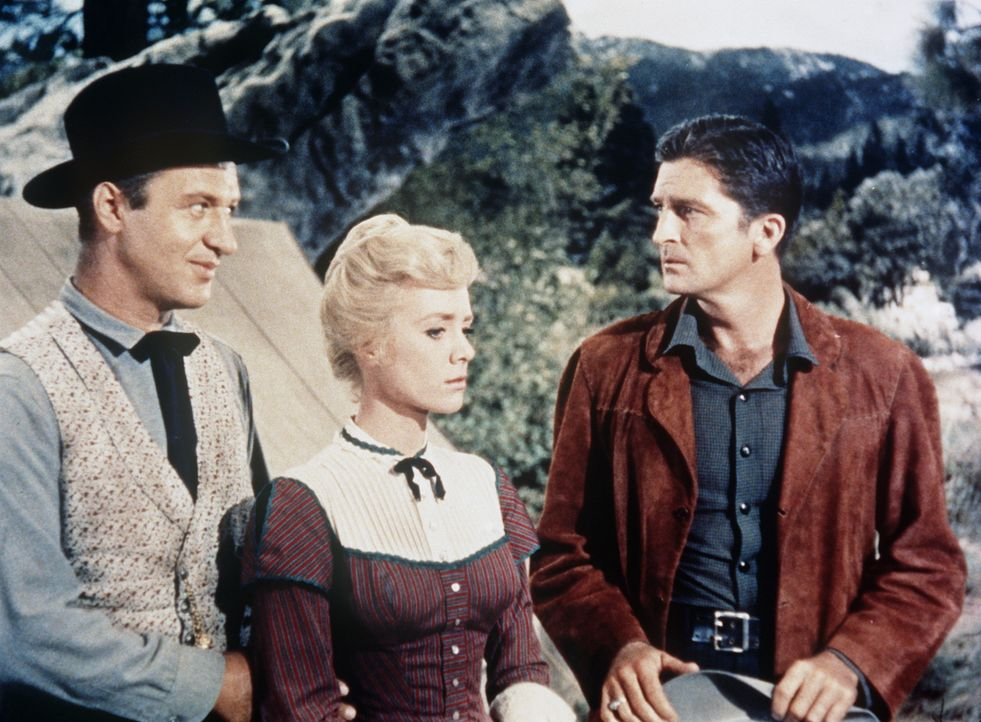 Die Goldsucher Blake McCall (John Larch, l.) und John Pennington (Robert Knapp) geraten in Streit, den Emily Pennington (Inger Stevens, M.) zu schli... - Bildquelle: Paramount Pictures
