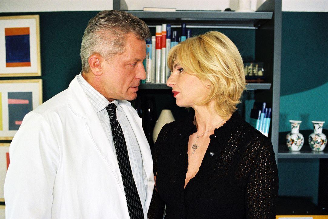 Prof. Richard Stein (Miroslav Nemec, l.) hat ein Verhältnis mit Verwaltungsmanagerin Regina Weber (Maria Bachmann, r.). - Bildquelle: Volker Roloff Sat.1